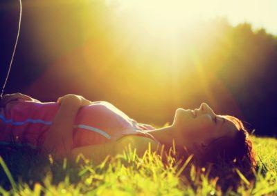 4 zabiegi pielęgnacyjne trawnika na koniec lata